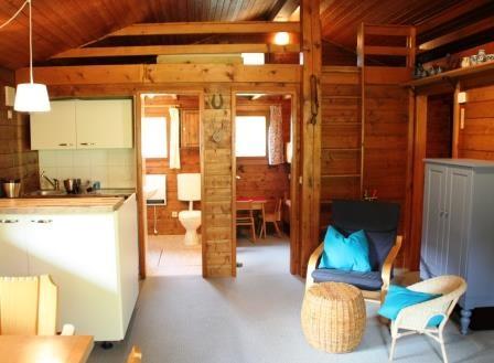 geschlafen wird in einem elternschlafzimmer mit doppelbett und einem. Black Bedroom Furniture Sets. Home Design Ideas